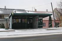 Původní staré zastávky autobusů chce vedení Strání vyměnit do letošního léta.