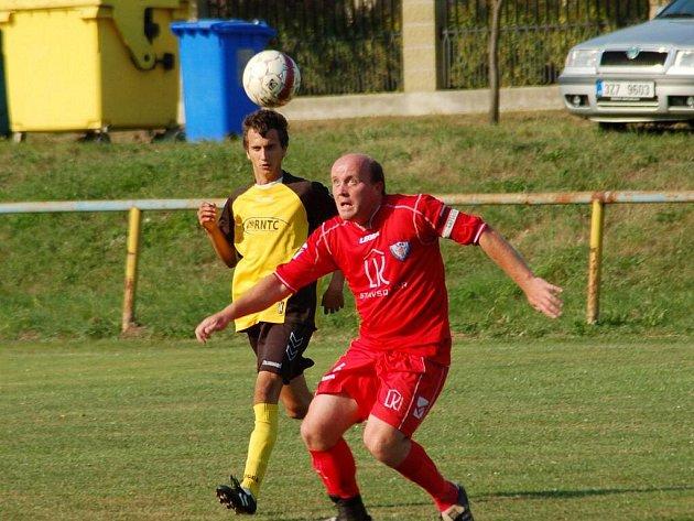 Fotbalisté Polešovic (v červeném ) při utkání na Břestku zhypnotizovali míč takovým způsobem, že třikrát skončil za zády domácího gólmana Hurdese.