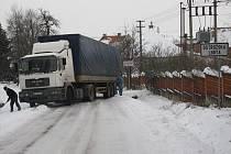 Kamion zablokoval silnici v Ostrožské Lhotě.