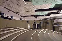 Aby měli diváci větší pohodlí, snížilo kino jeho kapacitu na 360 míst.
