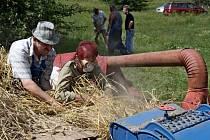 Živo bylo v sobotu odpoledne v Kunovicích Na Zelničkách, kde probíhal 2. ročník Kunovického mlácení obilí za starých časů.