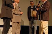 Kameraman Stanislav Szomolányi dostal od české filmové akademie v úterý večer v uherskohradišťském kině Hvězda cenu