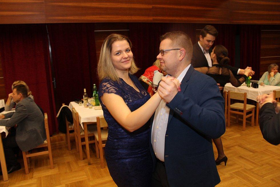 Krojový ples v Popovicích nabídl tanečky hned šestnácti párů na svém jubilejním desátém ročníku.