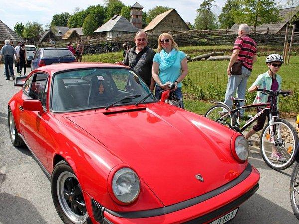Vozy značky Porsche parkovaly před Archeoskanzenem Modrá uVelehradu