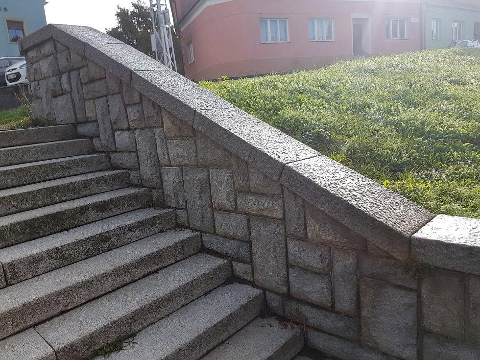 Schody na ulici 1. máje v Mařaticích ústí do vozovky bez přechodu. Místní komise chce však namísto jejich odstranění opravu.