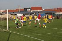 Fotbalisté Uherského Brodu (červené dresy) ve třetí lize vyšli střelecky i bodově naprázdno.