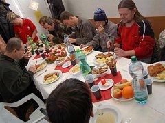 Stejně jako loni i letos mohou lidé bez domova v Uherském brodě počítat s obědem na Charitě.