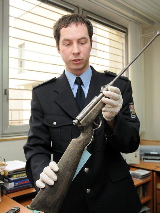 Uherskohradišťští policejní mluvčí Jitka Zámečníková a Aleš Mergental ukázali novinářům dvě podomácku vyrobené malorážky, kterými pytláci lovili.