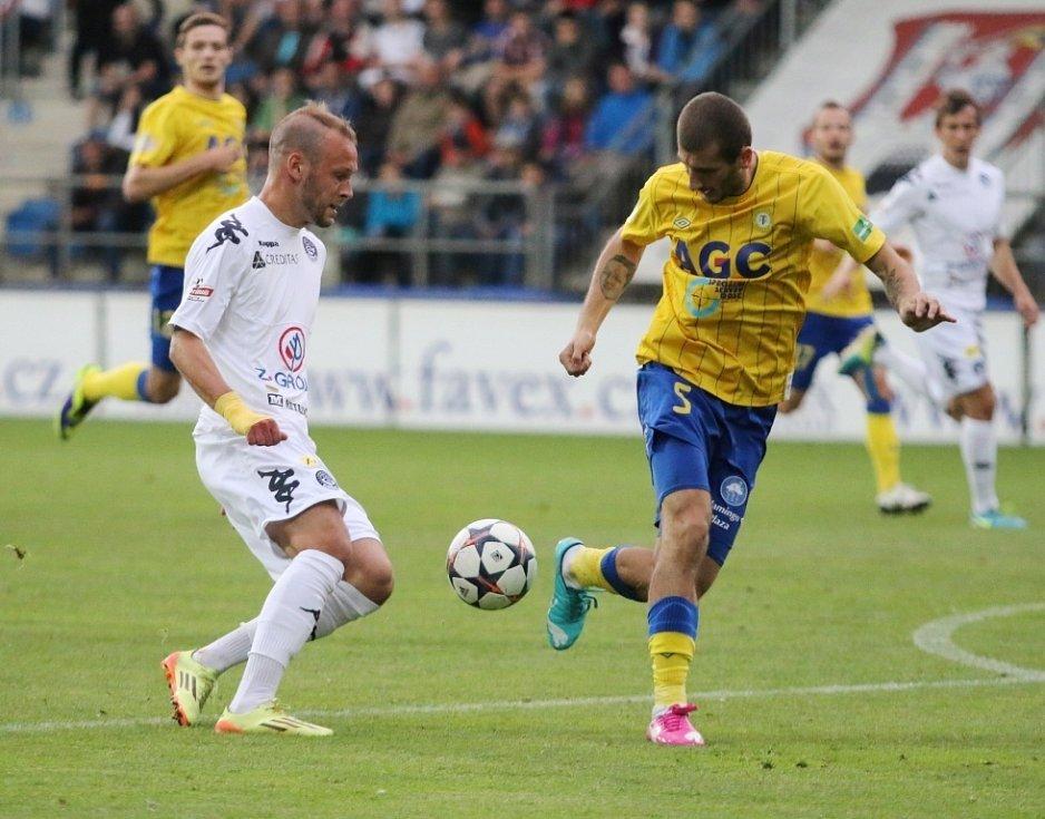 1. FC Slovácko - FK Teplice. Zleva Jakub Petr a Admir Ljevakovič.