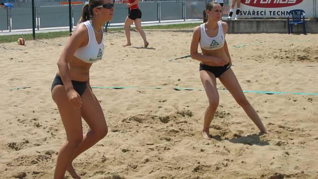 Krása a  sportovní umění. Tyto dvě vlastnosti má beachvolejbal v ženském podání.