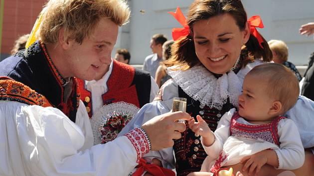 """Slovácké slavnosti vína, 2012: """"Tož na zdraví, děvčice!"""". Vítězná fotografie."""