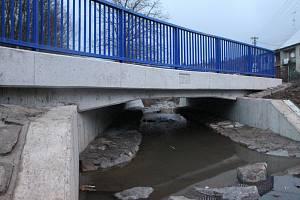 U příjezdu do Košíků narazí řidiči na nově opravený most.