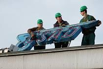 14. 1. 2008 - jako první odstranili dělníci z demoliční čety znak ze střechy budovy.