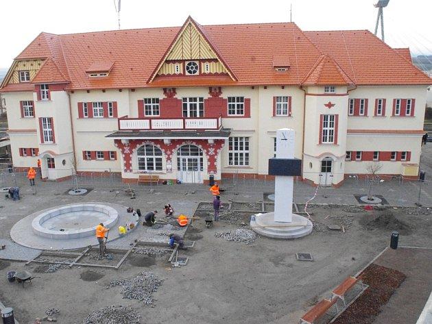 Horečný pracovní shon lze i v posledních dnech končícího roku zaregistrovat v přilehlém okolí vlakového nádraží v Uherském Brodě.