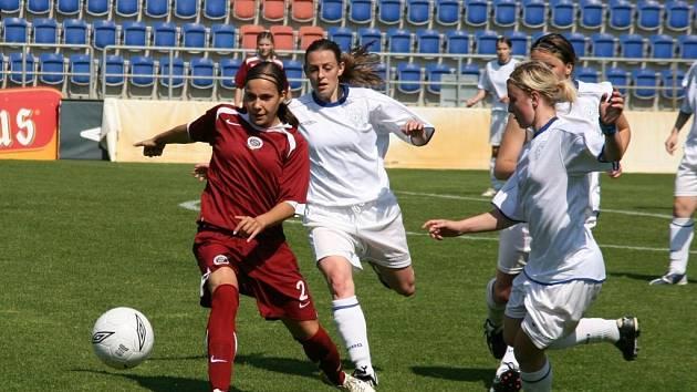 PROHRÁLY. Fotbalistky 1. FC Slovácko nakonec na Spartu nevyzrály a prohrály 0:2. Na snímku domácí hráčky Julie Scheppele a Eva Zderčíková (vpravo) bojují o míč se sparťankou Irenou Martínkovou.