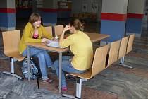 Studenti tráví přestávky v opraveném vestibulu.