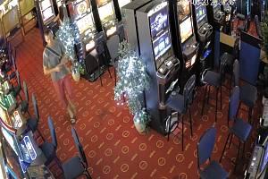 Neznámý muž ukradl v pátek 23. června večer v herně v Kunovicích peněženku. Poznáte ho?