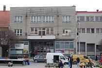 """Městský úřad v Uh. Brodě, budova zvaná také """"kachlíkárna""""."""