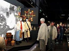 Zbrusu novou multimediální expozice s názvem Slovácko si hned při první možné příležitosti nenechaly ujít stovky lidí.