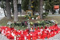 Tragédii na místě připomínají nejen květiny a svíčky, ale také šály HC Spartak Uherský Brod.