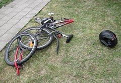 Motorkář se ve Slavkově srazil s cyklistou. S ošetřením zraněných pomáhali i hasiči.