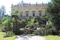 Nedělní bouře v Buchlovicích napáchala značné škody také v zámeckém parku. Ten je pro veřejnost prozatím uzavřen.