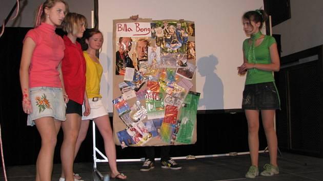 Studenti, kteří předvedli nejlepší znalosti cizích jazyků, dostali od organizátorů akce poukázky na volný nákup knih.