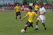 Fotbalisté Kroměříže (žluté dresy) podruhé v sezoně vyšli střelecky i bodově naprázdno.