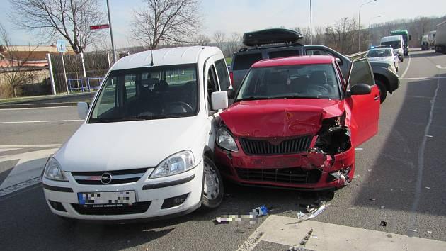 Dvě ženy doplatily zraněním na srážku dvou osobních aut na silnici I/50 u odbočky na Míkovice. Ke karambolu došlo ve čtvrtek 21. března krátce před desátou hodinou dopolední.