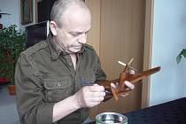 Václav Kolaja nejprve musí chystaný model ztvárnit na výkres, teprve poté začne jeho zpracování v dílně. Než dostane konečnou podobu, stráví nad ním modelář i padesát hodin.