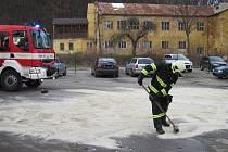 Naftu prýštící z proražené nádrže tahače zachytávali hasiči do nádob