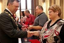 Úřad oblastního spolku ČČK ocenil na hradišťské radnici Zlatými kříži I. a II. bezpříspěvkové dárce krve