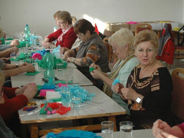 Ludmila Haldová (zcela vpravo) je jednou z více jak dvou desítek žen, které v těchto dnech začaly vyrábět první kusy růžiček pro letošní jízdu králů v Kunovicích.