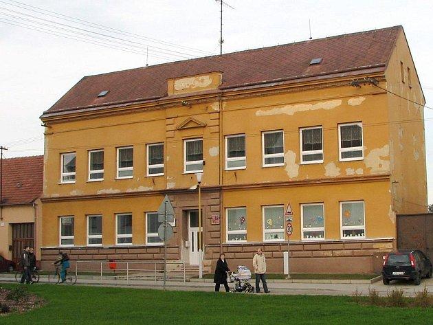 Novými okny už se huštěnovická škola může pochlubit, teď chce obec získat dotaci i na opravu fasády.