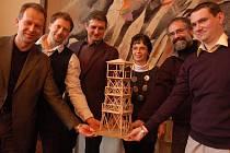 Šestice starostů ze šesti obcí, nad kterými stojí rozhledny, se sešla na slavnostní kolaudaci v Bánově.