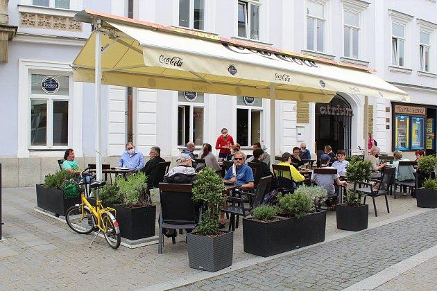 Uherskohradišťský bar LaRosco vcentru města otevřel předzahrádku po koronavirové přestávce vpondělí 11.května ráno a hned měl plno.