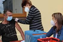 Proti covidu na nádvoří uherskohradišťských charitních služeb Azylový dům a Nízkoprahové denní centrum naočkovali devět mužů. 18.8.2021