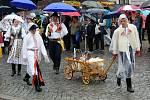 Tradičnímu defilé na Masarykově náměstí nepřálo počasí.