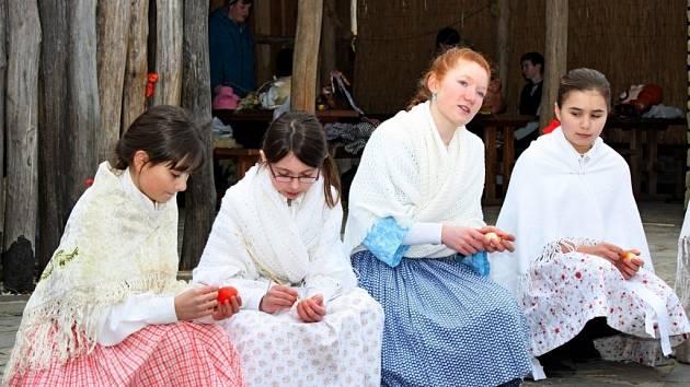 Starodávný zvyk vynášení Morany a vítání jara udržují na Modré už šestadvacet let.