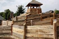 Zbrusu nový dřevěný labyrint zajímavě působí na návštěvníky turistického komplexu, a to Archeoskanzenu a hotelu Skanzen Modrá