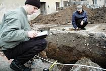 Archeologové začali prozkoumávat nádvoří kunovické památky.