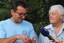 Beseda o natáčení pohádky S čerty nejsou žerty v zahradě buchlovického zámku s Ondřejem Vetchým (na snímku vlevo) a režisérem Hynkem Bočanem.