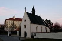 Velehradský kostelík Cyrilka před omlazením a po něm, ale také v době archeologického výzkumu.