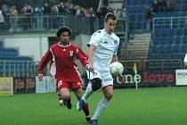 Fotbalisté Slovácka (v bílém) se včerejší výhrou nad Vítkovicemi opět přihlásili o účast v první lize.