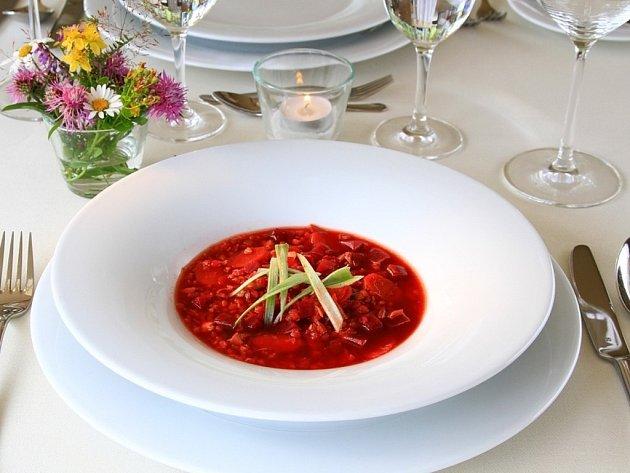Králičí polévka s pohankou a červenou řepou.