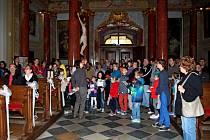 Velehradskou baziliku navštívilo v pátek večer 695 zájemců o prohlídku historického skvostu Moravy i kulturní program v něm.