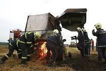 Požár lisovacího stroje na poli u Polešovic.