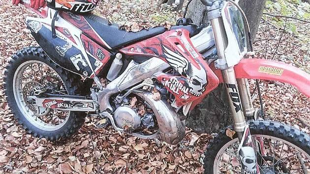 S dávkou neuvěřitelné drzosti, ukradl slovensky hovořící muž v neděli 21. října ve Slavkově přímo před nosem majitele terénní motorku značky Honda.