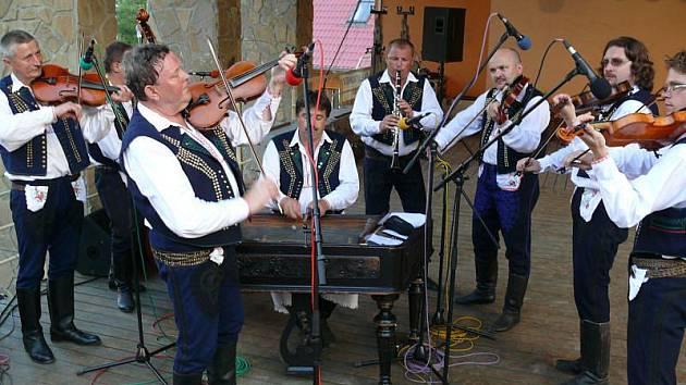 Kopaničárské slavnosti nabídly pestrou paletu tanců, písní, ale i humoru a rockový koncert.