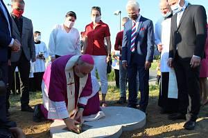 Olomoucký arcibiskup Jan Graubner schránku uložil do betonového základu.